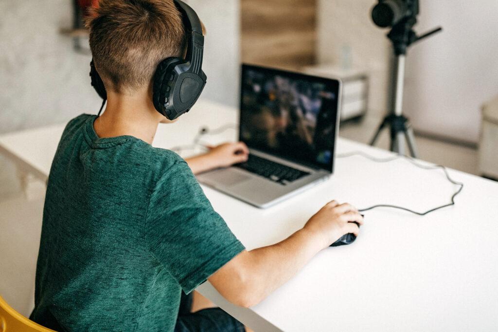 Enfant derrière un ordinateur